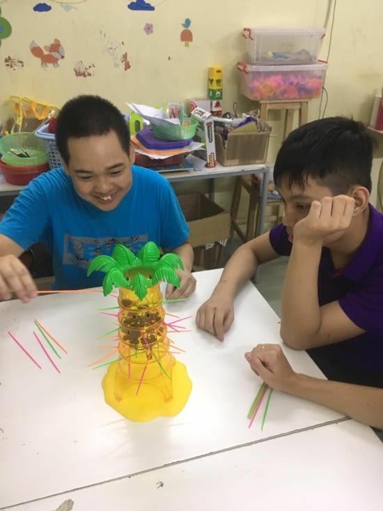 Tùng An et Nham concentrés sur une dure tâche