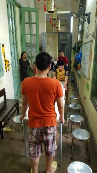 Les enfants préparent nos tables pour le repas