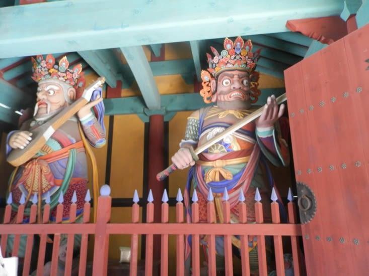 Deux des quatre grands rois célestes, gardiens des points cardinaux dans le bouddhisme chinois