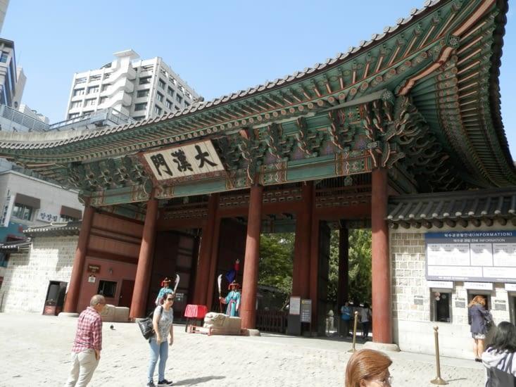 L'entrée de Deoksugung à côté des buildings