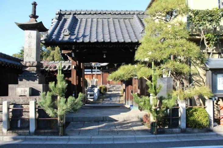 Un temple au milieu d'un quartier résidentiel