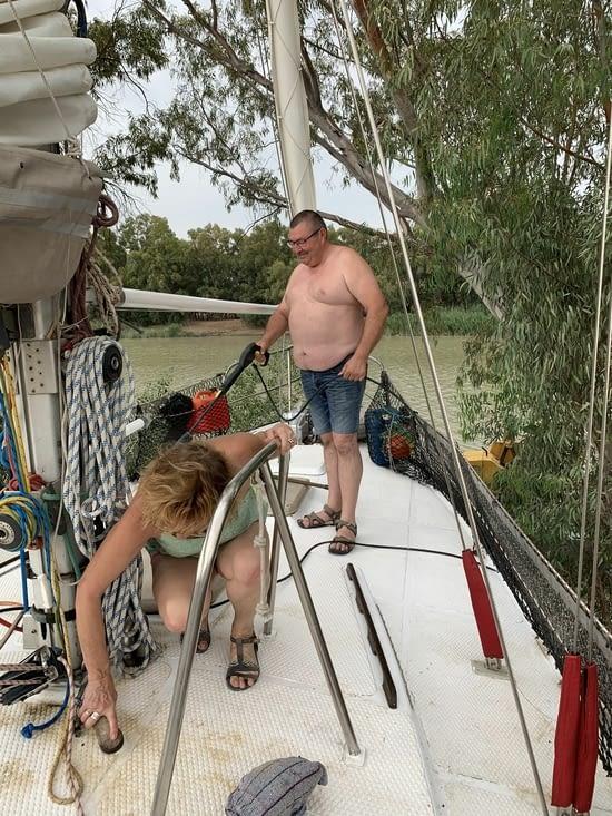 Nettoyage du pont tache par les eucalyptus