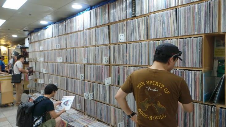 Dans le métro, on tombe parfois sur des boutiques originales .. Vous me connaissez, fan de vinyl, impossible de ne pas m'arrêter quelques temps devant .. :D