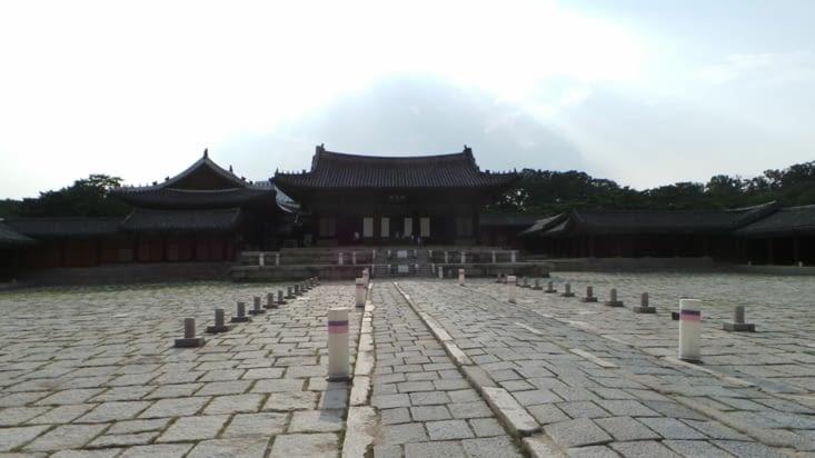 La vue du palais de l'autre côté du site