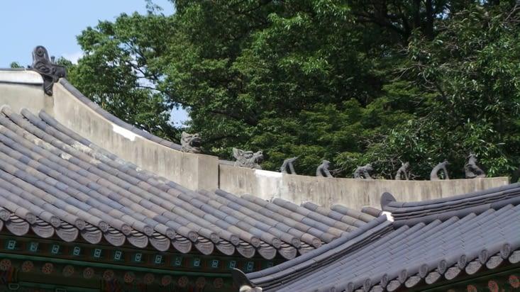Les petits démons au dessus des temples sont les protecteurs de la cité ! Méfiance, ils vous surveillent ..