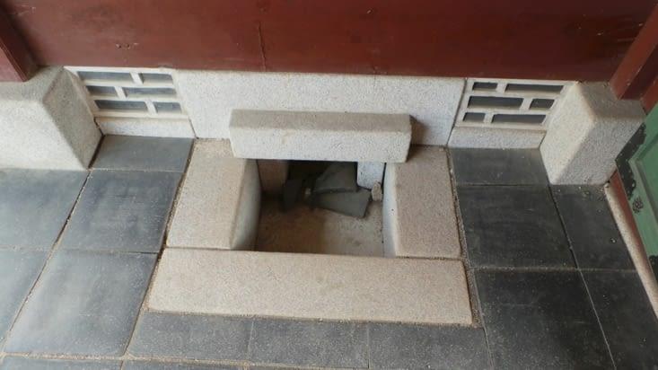 Pour faire chauffer les bâtiments, les coréens faisaient une grande cheminée juste en dessous de ces derniers. Ainsi, la chaleur remontait le long du sol, où se déroulaient donc l'ensemble des activités de la journée.