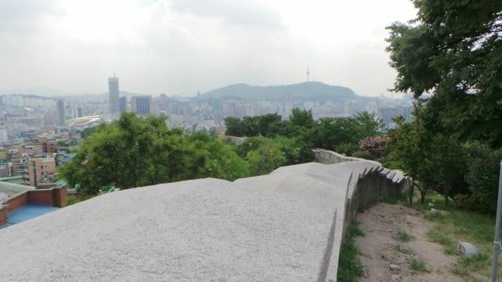 Quelques minutes plus tard, me voilà au sommet ! Un long chemin permet de longer les remparts de la ville.