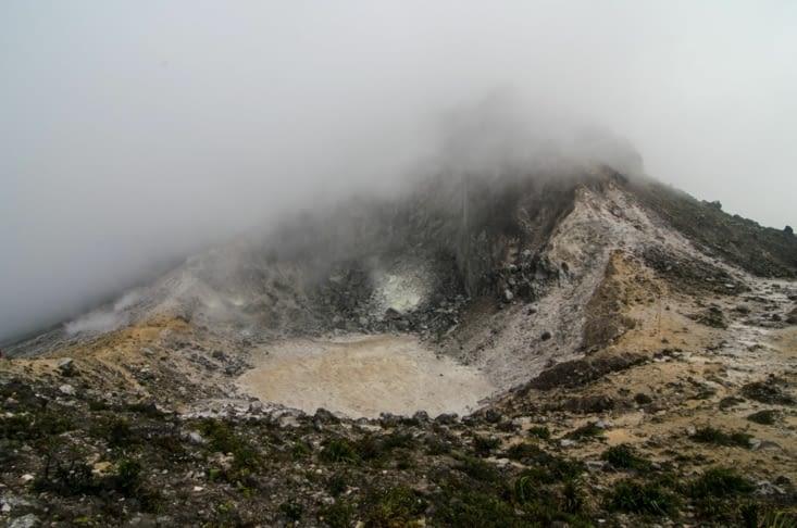 Entre deux nuages, le cratère