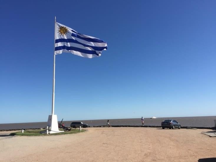 Le drapeau Uruguayen sur la place de Colonia