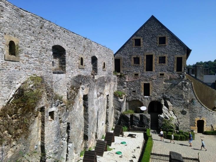 Vue sur la cour intérieure du Château fort de Bouillon