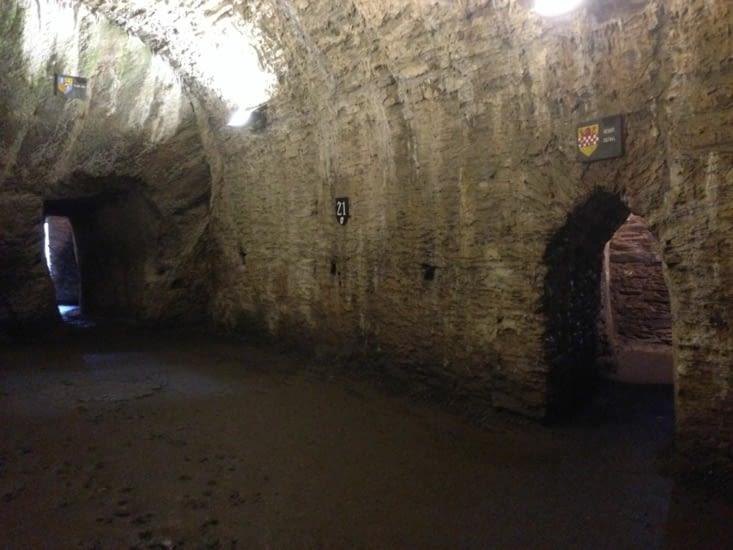 Vue intérieure du château de Bouillon : salle voûtée