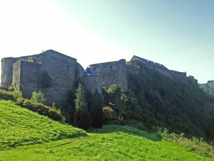 Le château vu de l'autre côté, perché sur sa colline.