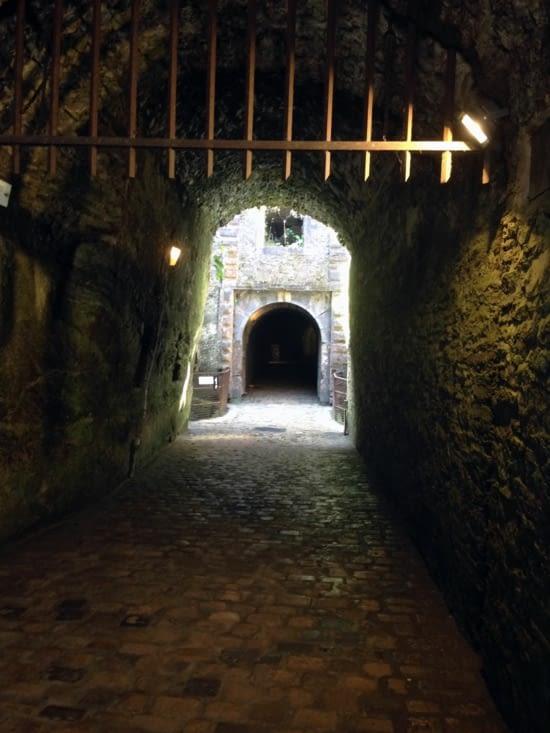 L'entrée du château, gardée par la herse.