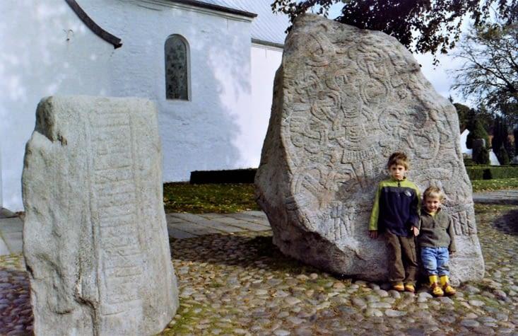 Jelling et ses célèbres pierres runiques de Gorm et Harald