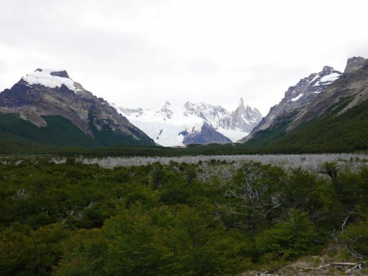 A gauche : Cerro Torre