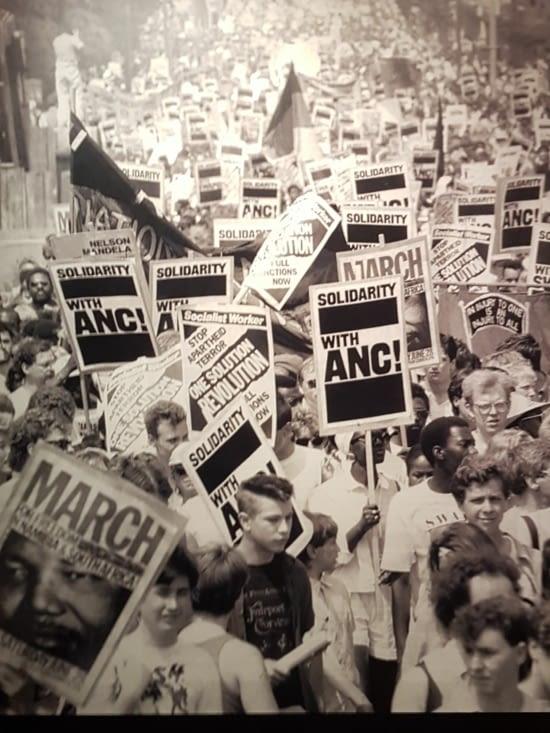 Manifestation du monde entier contre l'apartheid.