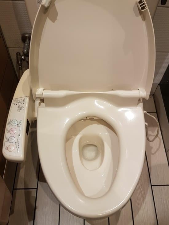 2) les toilettes