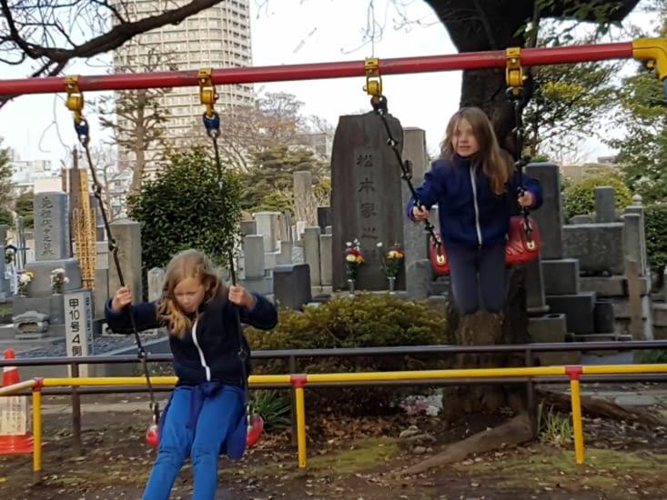 Parc à jeux dans le cimetière