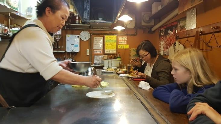 Préparation de deux okonomiyaki   sous les yeux ébahis des filles.