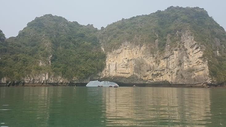 Le village est caché dans un cercle de grands rochers