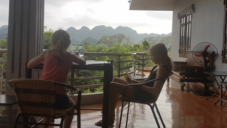 Vue depuis la terrasse de notre chambre sur les formations karstiques