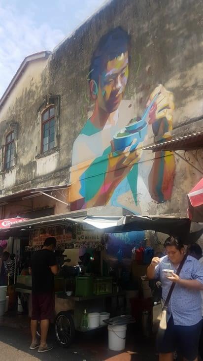 Dans la ville , il y a aussi des peintures sur les murs.