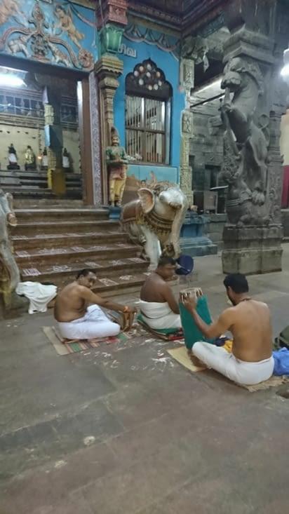 Musiciens à l'intérieur du temple