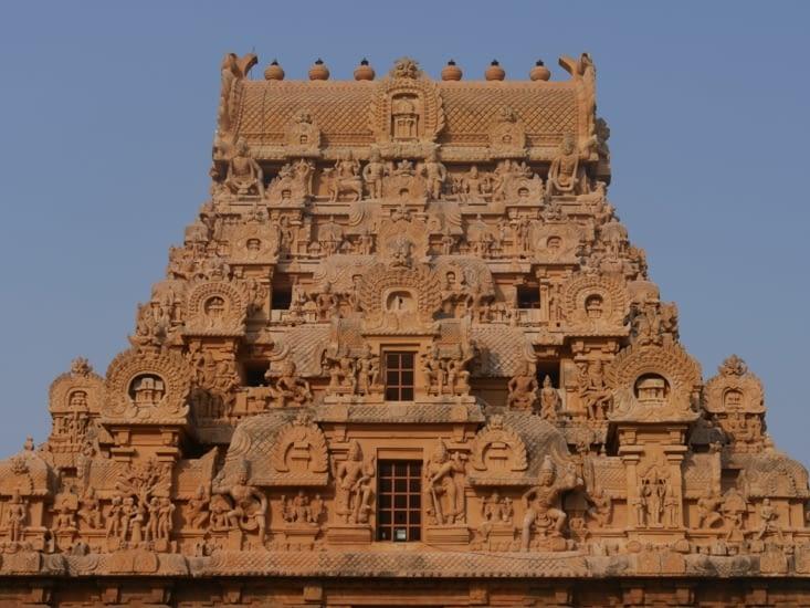 Temple de brihadishwara à Tanjore au granit couleur fauve.