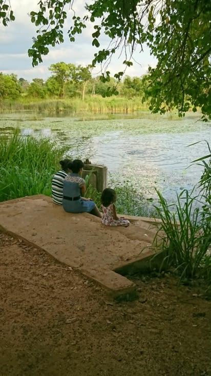 Certaines familles se lavent dans le lac