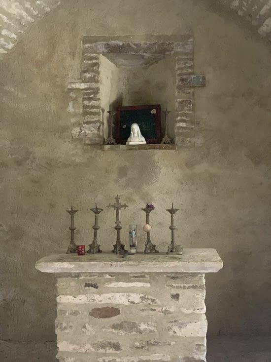 Chapelle de la fin du moyen âge et petit gîte avec cheminée et endroit pour s abriter